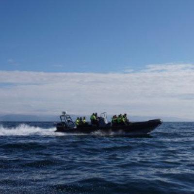 $reasonAltTxtOpplev Honningsvågs omgivelser med RIB-båt